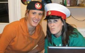 Rebecca Coriam (trái) chụp cùng chị gái. Ảnh: News.