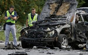 Các nhân viên điều tra tại hiện trường vụ nổ. Ảnh: Reuters.