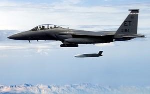 Chiến đấu cơ Mỹ phóng tên lửa JASSM. Ảnh: Aviationist.