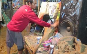 Người dân thôn Cát Cát xã San Sả Hồ huyện Sa Pa tỉnh Lào Cai thu dọn đồ đạc sau khi lũ rút. (Ảnh: Hương Thu/TTXVN)