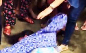 Người phụ nữ bị người dân ở xã Mai Đình vây đánh ngất ra đất.