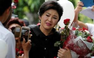Cựu thủ tướng Thái Lan Yingluck Shinawatra xúc động khi được nhiều người ủng hộ sau một phiên tòa.