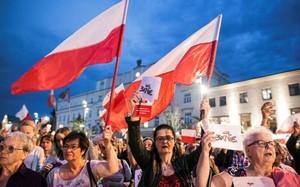 Biểu tình phản đối dự luật cải cách Tòa án Tối cao ở Ba Lan. (Nguồn: Reuters)