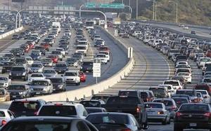 Khí thải từ phương tiện giao thông được cho là có liên quan tới các bệnh tim mạch, hô hấp. Ảnh: Imgur.