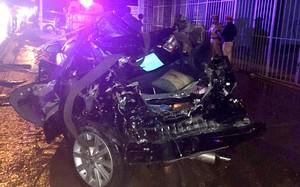Chiếc Toyota Camry chở 4 cán bộ công an bị biến dạng hoàn toàn sau vụ tai nạn. Ảnh: Tuấn Kiệt.