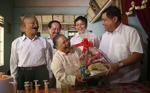 Bộ trưởng Bộ KH&ĐT Nguyễn Chí Dũng thăm gia đình bà Hồ Thị Giờ (Khe Sanh, Quảng Trị) – gia đình có công với cách mạng.