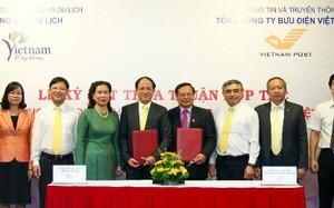 Lãnh đạo Bộ Văn hóa, Thể thao và Du lịch cùng Bộ Thông tin và Truyền thông khẳng định sẽ chỉ đạo TCDL và Bưu điện Việt Nam phối hợp chặt chẽ, sớm triển khai những nội dung trong thỏa thuận hợp tác. Ảnh: Hải Nam.