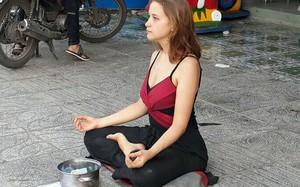 Cô gái Nga ngồi thiền trên vỉa hè ở đảo ngọc Phú Quốc. Ảnh: Tuấn Anh.
