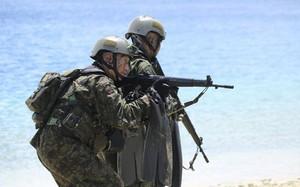 Binh sĩ Nhật Bản tham gia tập trận đổ bộ với quân đội Mỹ, Pháp và Anh trên đảo Guam vào ngày 13/5. Ảnh: AP.