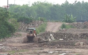 Việc đổ đất thải, phế thải ở chân đê, bãi sông, trong hành lang thoát lũ là vi phạm nghiêm trọng Luật Đê điều và Luật Phòng chống thiên tai.