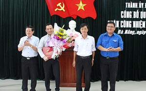 Đại diện Ban thường vụ Thành ủy Đà Nẵng trao quyết định, tặng hoa cho ông Nguyễn Bá Cảnh (thứ hai từ trái qua). Ảnh: Dangbodanang