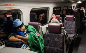 Lúc 4h58 phút sáng, trên chuyến tàu đầu tiên, hầu hết khách đều tranh thủ chợp mắt. Ảnh: New York Times.