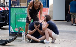 Người Barcelona an ủi nhau sau vụ tấn công kinh hoàng. Ảnh: EAP Người Barcelona an ủi nhau sau vụ tấn công kinh hoàng. Ảnh: EAP