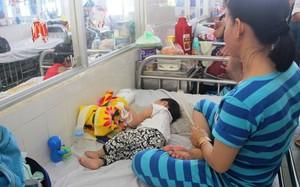 Mỗi tuần Bệnh viện Nhi Đồng 1 tiếp nhận điều trị cho khoảng 50-60 trẻ mắc chân tay miệng. Ảnh: Phú Mỹ.
