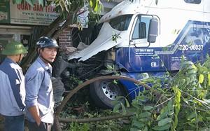 Xe container đâm vào quầy bán thuốc tây khiến hỏng hóc nặng. Ảnh: Đ.H
