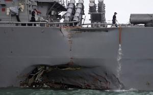 Tàu USS John S. McCain bị móp sau vụ đâm va tàu chở dầu hôm 21/8. Ảnh: CBC.