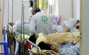 Bệnh nhân sốt xuất huyết đang điều trị tại BV Bạch Mai, Hà Nội. Ảnh: Như Ý