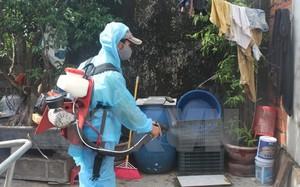 Phun hóa chất chủ động phòng chống dịch sốt xuất huyết tại một gia đình. (Ảnh: Hoa Mai/TTXVN)