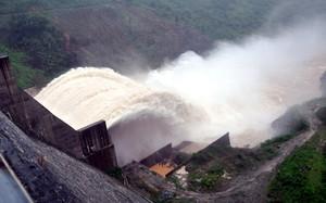 Vào mùa mưa, các nhà máy thủy điện xả lũ đã gây lụt cho hạ du. Ảnh: Đắc Thành.