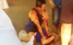 Người dân vây bắt Hưng ngay trong đêm gây án. Ảnh cắt từ clip