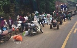 """Hàng chục người huy động xe máy, công nông đến """"hôi của"""" chiếc xe bị tai nạn (Ảnh: Hội xe tải Tây Bắc)"""