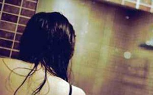 Người đàn bà bị tình trẻ tống tiền bằng video 'nóng'
