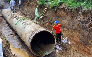Tuyến ống nước sạch Sông Đà - Hà Nội liên tục bị vỡ ảnh hưởng đến hàng nghìn hộ dân thủ đô.