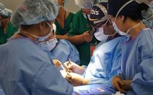 Các bác sĩ Bệnh viện Orbis phẫu thuật mắt cho bệnh nhân bị đục thủy tinh thể ở Cần Thơ.