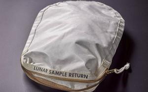 Chiếc túi chứa bụi và đất trên mặt trăng do phi hành gia Neil Armstrong sử dụng. Ảnh: Reuters