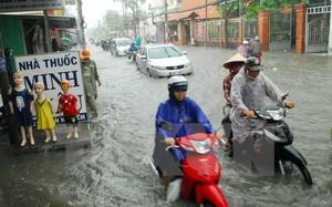 Mưa ngập đường Phan Huy Ích (thuộc quận Tân Bình và Gò Vấp) khiến giao thông ngặp nhiều khó khăn, hàng trăm phương tiện bị chết máy.