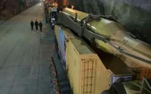 Một tên lửa bên trong một căn cứ ngầm (Ảnh chụp màn hình: PressTV)