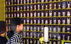 Du khách cầu nguyện trước di ảnh các nạn nhân trong vụ chìm phà Sewol ở Seoul ngày 25/5. (Nguồn: AFP/TTXVN)