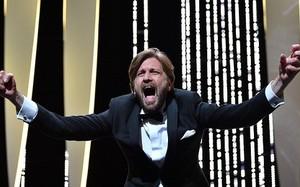 Đạo diễn Ruben Östlund phấn khích trước chiến thắng.