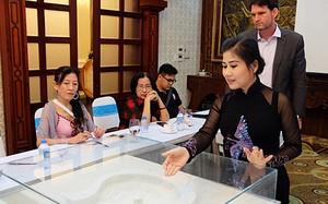 Nghệ sĩ Linh Huyền (áo dài) giới thiệu về dự án bảo tàng cải lương.
