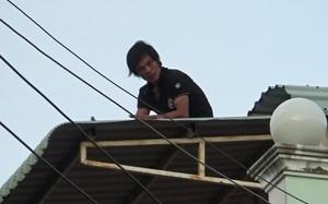 Chiều 20/8/2016, một nam thanh niên nghi lên cơn ngáo đá đã leo lên nóc nhà số 1, đường 30/4, phường 3, thành phố Bạc Liêu (tỉnh Bạc Liêu) ngồi cố thủ trong tình trạng mơ màng. Lực lượng chức năng phải vất vả nhiều giờ lên phương án giải cứu. Ảnh: Huỳnh S