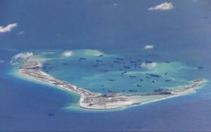 Tàu Trung Quốc tổ chức nạo vét, bồi đắp trái phép trên Đá Vành Khăn thuộc quần đảo Trường Sa của Việt Nam. (Nguồn: Reuters)