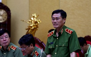 Trung tướng Đỗ Kim Tuyến trả lời báo chí tại cuộc họp báo.