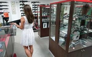 Một cửa hàng bán vũ khí ở CH Czech - Ảnh: AFP