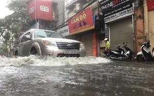 Nhiều tuyến phố Hà Nội bị ngập sâu.