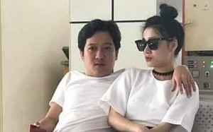 Hai người tại sân bay ở Côn Đảo. Trường Giang, Nhã Phương thường xuất hiện giản dị trong cuộc sống thường ngày. Ảnh: FB.