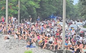 Hàng trăm người tập trung chờ đời thời khắc đập thủy điện mở cửa xả lũ.