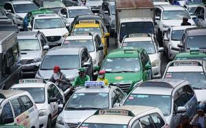 Giao thông hỗn loạn quanh sân bay Tân Sơn Nhất suốt 5 giờ