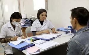Nhân viên y tế tư vấn điều trị cho bệnh nhân HIV/AIDS.