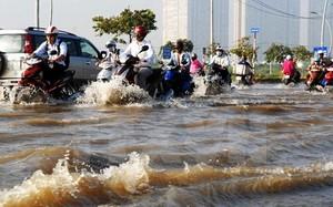 Hình ảnh quen thuộc tại các khu đô thị lớn khi xuất hiện mưa lớn.