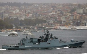 Tàu chiến Nga ở eo biển Bosphorus. (Nguồn: Reuters)