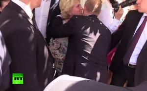 Người phụ nữ lạ hôn má ông Putin giữa phố đông người