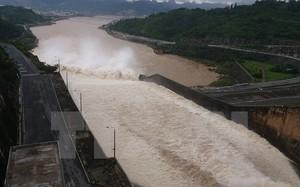 Nhà máy thủy điện Hòa Bình đã xả hai cửa xả đáy (ảnh chụp chiều 21/7).