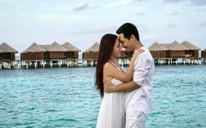 Phan Anh và vợ ngọt ngào như thuở mới yêu. Ảnh: FBNV.