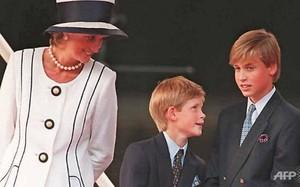 Công nương Diana và hai con trai là Hoàng tử Harry (giữa) và Hoàng tử William tham dự một sự kiện tại London, Anh năm 1995. (Ảnh: AFP)