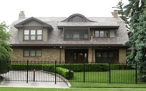 Ngôi nhà của tỷ phú có hàng rào sắt bao quanh. (Nguồn: Business Insider)
